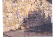 Le défunt mari apparaît sur un mur